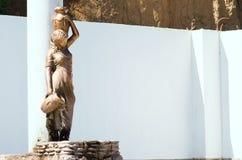 古铜色雕象喷泉美丽的女孩 库存图片