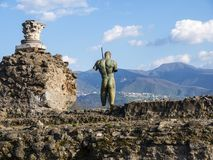 古铜色雕象观察新的镇在一次被埋没的罗马市在那不勒斯南部的庞贝城在维苏威火山阴影笼罩下 库存图片