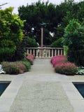 古铜色雕象绿色庭院 免版税库存照片