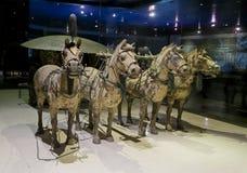古铜色马和运输车从勤王石牌黄二秦始皇兵马俑  免版税库存照片