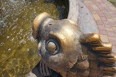 古铜色鱼头,从哪些水流量 一部分的喷泉 免版税图库摄影