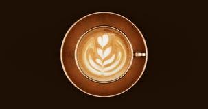 古铜色黄铜咖啡杯热奶咖啡 库存照片