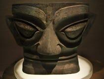 古铜色黑暗的大屏蔽sanxingdui四川雕象 免版税库存图片