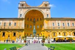 古铜色Pigna在梵蒂冈。 免版税库存图片