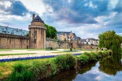 古镇和庭院的墙壁在瓦讷 布里坦尼(B 免版税图库摄影