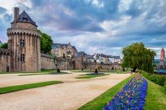 古镇和庭院的墙壁在瓦讷 布里坦尼(B 免版税库存照片