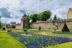 古镇和庭院的墙壁在瓦讷 布里坦尼(B 免版税库存图片