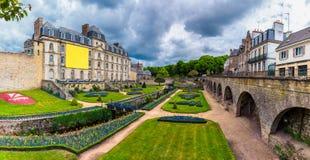 古镇和庭院的墙壁在瓦讷 布里坦尼(B 库存照片