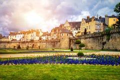 古镇和庭院的墙壁在瓦讷 布里坦尼B 免版税库存照片