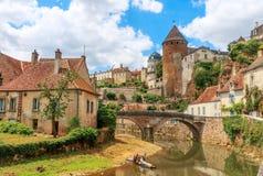 古雅河通过Semur en Auxois中世纪镇  库存图片