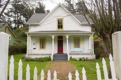 古雅白色家在北加利福尼亚 库存照片
