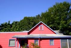 古雅蓝色村庄的粉红色 免版税库存图片