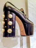 古驰染黑平台有珍珠点缀的妇女鞋子 免版税库存照片