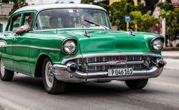 古巴一辆经典汽车在街道上drived在哈瓦那的加勒比 免版税库存图片
