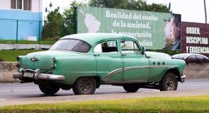 古巴加勒比经典汽车在路停放了在哈瓦那 图库摄影