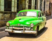 古巴汽车 美国在哈瓦那街道做的葡萄酒和苏联汽车的照片  库存图片