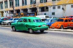 古巴汽车 美国在哈瓦那街道做的葡萄酒和苏联汽车的照片  库存照片