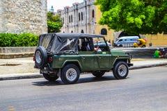古巴汽车 美国在哈瓦那街道做的葡萄酒和苏联汽车的照片  免版税图库摄影