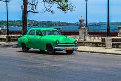 古巴汽车 美国在哈瓦那街道做的葡萄酒和苏联汽车的照片  免版税库存照片