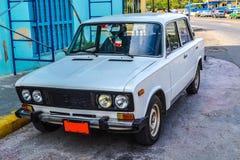 古巴汽车 美国在哈瓦那街道做的葡萄酒和苏联汽车的照片  ghiguly 免版税库存图片