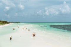 古巴白色沙子海滩和平静的海洋巨大惊人的大开看法  图库摄影
