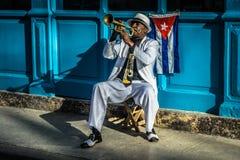 古巴画象系列,在街道上的喇叭演奏员 免版税库存图片