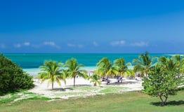 古巴邀请的海滩和平静的绿松石海洋惊人的自然华美的风景视图反对深刻的蓝天背景 免版税库存照片