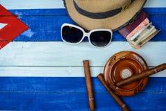 古巴雪茄和灰盘在旗子 免版税库存图片