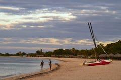 古巴, 2014年-小船和人加勒比海滩的 库存照片