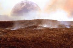 另一个以月亮为目的行星表面的幻想与被烧焦的和被烧焦的地球的和烟 库存照片