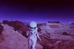 另一个行星的未来派宇航员,火星 免版税库存照片