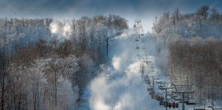 另一天与家庭的滑雪 免版税库存图片