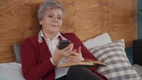 另一方面资深妇女是看书,但是由从家庭的电话中断了 影视素材