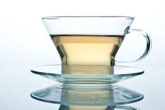另一杯子玻璃查出的液体茶 库存照片