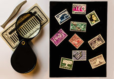 从另外国家、放大器和tweez的老邮票 库存照片