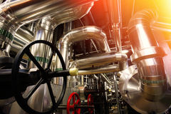 另外大小和形状的管子和阀门在工厂 免版税图库摄影