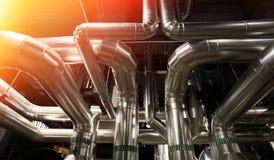 另外大小和形状的管子和阀门在工厂 免版税库存图片