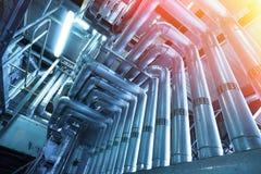 另外大小和形状的管子和阀门在工厂 库存图片