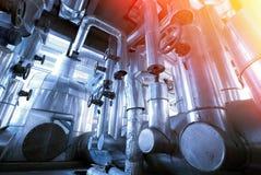 另外大小和形状的管子和阀门在工厂 库存照片