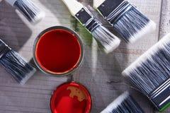 另外大小和油漆罐头油漆刷  库存图片