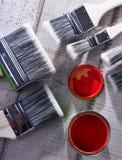 另外大小和油漆罐头油漆刷  免版税库存图片