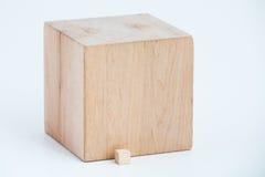 另外大小的两个木立方体 免版税库存照片