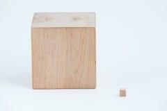 另外大小的两个木立方体 库存图片
