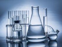 另外实验室烧杯和玻璃器皿 库存照片