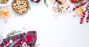 另外开胃菜和razdnichnaya桌设置党的 圣诞节的庆祝在公司中 表有食物顶视图 免版税库存图片