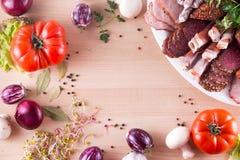 另外开胃菜框架,象与不同的菜的fuet、jamon、烟肉、蒜味咸腊肠和lomo embuchado 免版税库存照片