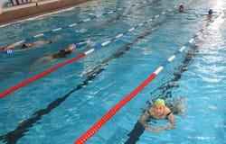 另外性别和年龄的人们,在公开游泳池。 库存图片