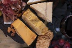 另外意大利乳酪和熏火腿、开胃菜党的和红葡萄酒 复制空间 平的位置 免版税图库摄影