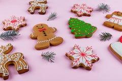 另外新年` s开胃曲奇饼在桃红色背景形成,与云杉小树枝  库存图片