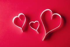另外的卡片形式节假日 情人节的重点 在红色ba的白色心脏 免版税库存照片